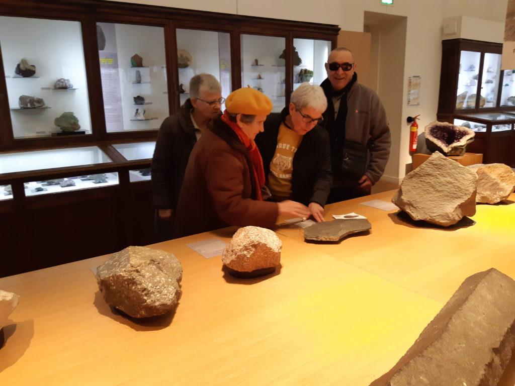 Photo de bénévoles lisant le texte de l'exposition