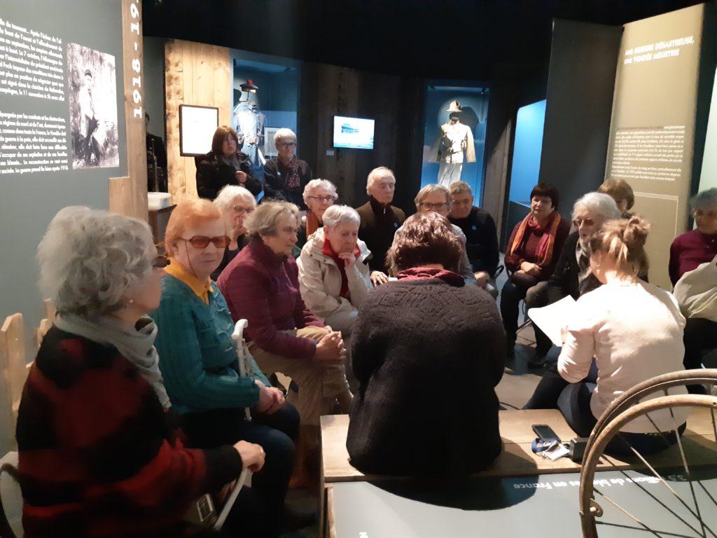 Photo du groupe écoutant la conférencière