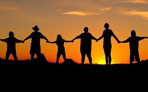 Photo d'une chaîne humaine avec en arrière plan un coucher de soleil