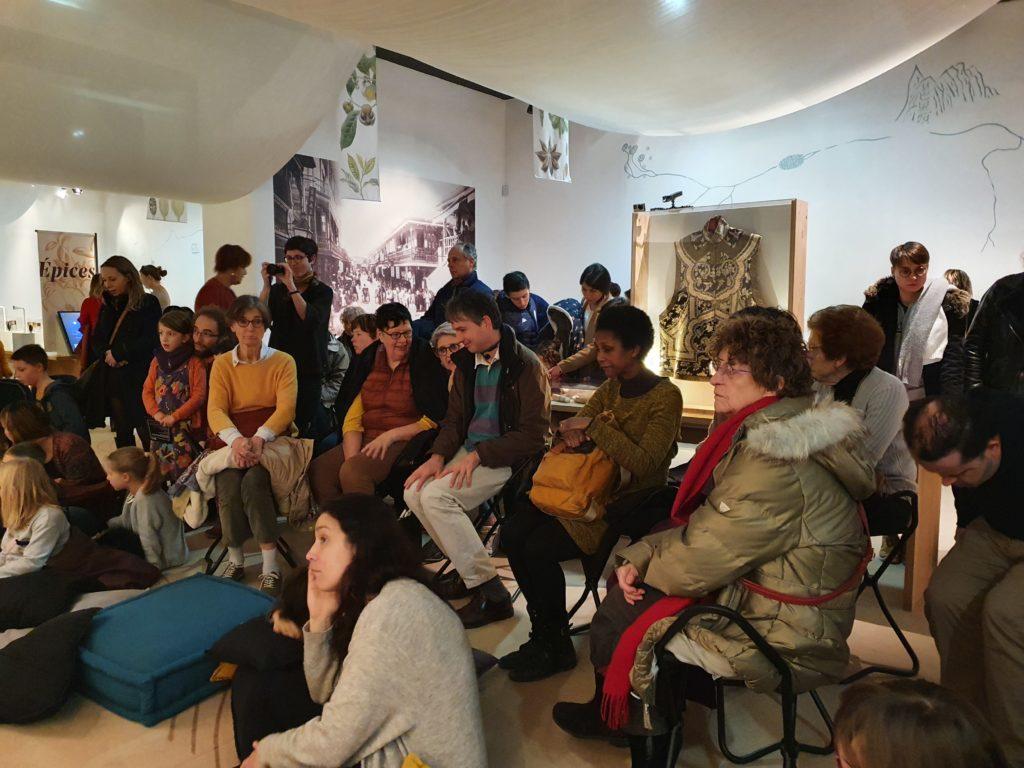 Photo du groupe écoutant le concert de musique indienne